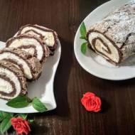 Kakaowa rolada bezowa z bananami.