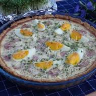 Wielkanocna tarta z białą kiełbasą i jajkiem