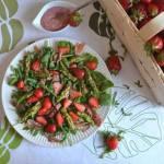 Sałatka ze szpinakiem, truskawkami i zielonymi szparagami