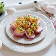 Wielkanocne, różowe jajka z łososiem
