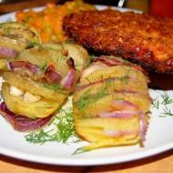 Ziemniaki Hasselback z czerwoną cebulą i masłem ziołowym