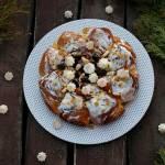 Rogal-love ciasto drożdżowe z masłem orzechowym i migdałami
