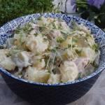 Wielkanocna sałatka ziemniaczana z białą kiełbasą i chrzanem