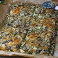 Placek drożdżowy z duszonymi pieczarkami i mozzarellą - bez wyrastania ciasta