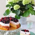 Sernik z kremem i owocami