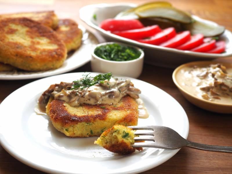 Placki z gotowanych ziemniaków z sosem pieczarkowym