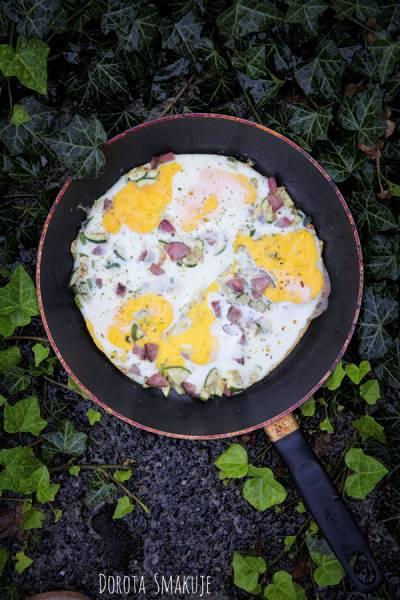 Jajka z cukinią i kiełbasą