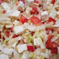 Sałatka z kapusty pekińskiej z pomidorem, papryką, rzodkiewką i fetą z sosem winegret