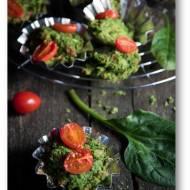Szpinakowe babeczki bezglutenowe z boczkiem i pomidorkami