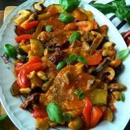 Schab zapiekany z warzywami w sosie pomidorowym