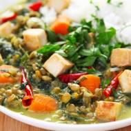 Wegańskie curry z zieloną soczewicą, szpinakiem i tofu. PRZEPIS