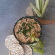 Hummus orzechowy na waflach z selerem naciowym podany