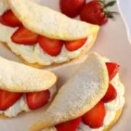 Mini omleciki biszkoptowe z kremem i owocami