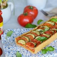 Tarta z mocno pomidorowym nadzieniem, cukinią i ziołową nutą