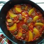 Klopsiki zapiekane z ziemniakami w sosie pomidorowym