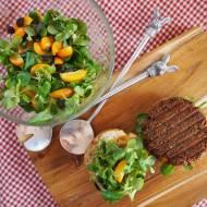 Roślinny burger z roszponką i cytrusową nutą.