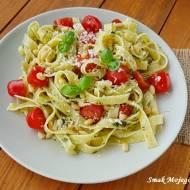 Makaron z bazylią, orzeszkami piniowymi, pomidorami i serem Grana Padano