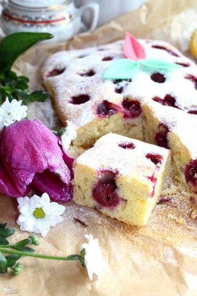 Szybkie ciasto z wiśniami i migdałową nutą