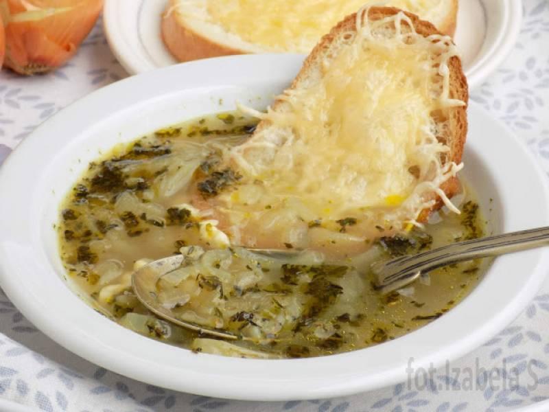 Zupa cebulowa z serowymi grzankami.