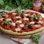 Pomidorowa pizza z klopsikami i mozzarellą