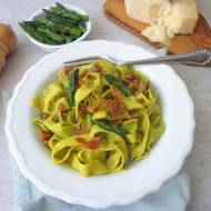 Makaron ze szparagami i wędzoną szynką (Pasta con pesto di asparagi e speck)