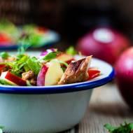 Sałatka z grillowanym kurczakiem i jabłkiem