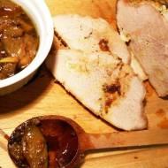Szynka wieprzowa pieczona z cząstkami cebuli