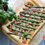 Tarta z ciasta francuskiego ze szparagami, oliwkami i pomidorkami