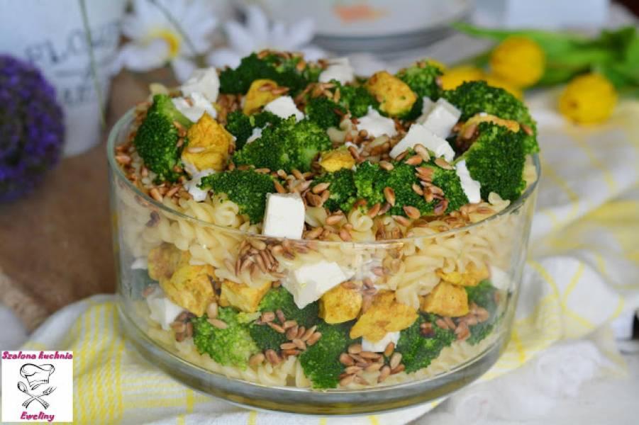 Warstwowa sałatka z brokułem, kurczakiem i prażonym słonecznikiem