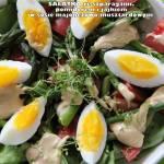 Sałatka ze szparagami, pomidorem i jajkami polana sosem majonezowo-musztardowym