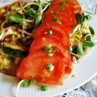 Omlet owsiany z szynką, awokado i pomidorami