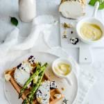 Gofry z kozim serem, szparagami i sosem jogurtowo-musztardowym
