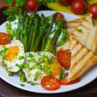Szparagi smażone na maśle z jajkiem sadzonym i grzankami (na śniadanie)