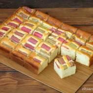 Szybkie i pulchne ciasto z rabarbarem