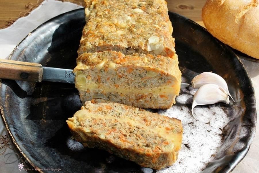 Pieczeń z mięsa mielonego przekładana żółtym serem
