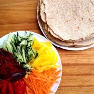 Tęczowe tortille pełnoziarniste – warzywna przekąska dla dzieci.