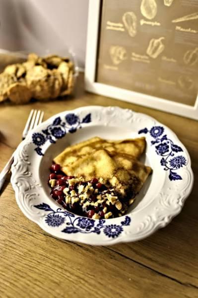 Śmietankowe naleśniki z serem z dżemem z borówek i z siekanymi orzechami