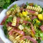 Makaronowa sałatka z mango, ogórkiem i salami