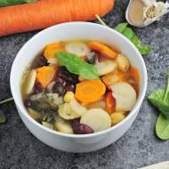 Roślinna zupa z fasolą
