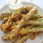 Pieczone szparagi w serowo-ziołowej panierce (Asparagi in crosta di parmigiano e erbe aromatiche)