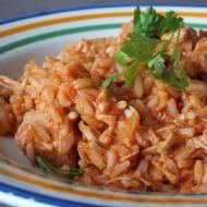 Pierś z kurczaka z ryżem, cebulką w sosie pomidorowym.