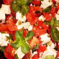 Sałatka z serem feta, pomidorem, papryką, roszponką i młodymi liśćmi czosnku