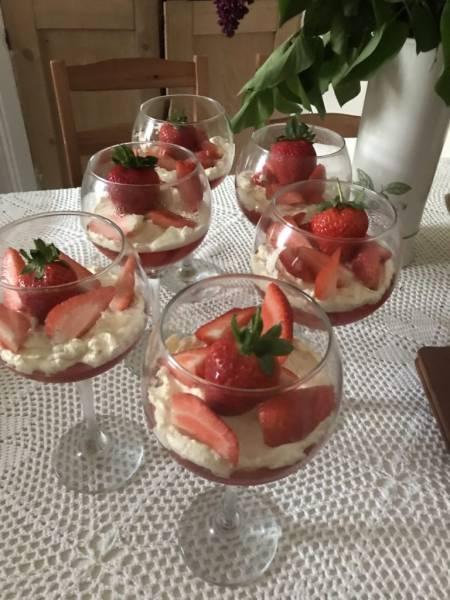 Szybki deser z truskawkami i kremem z białej czekolady