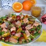 Sałatka z łososiem, grzankami i orzeźwiającymi owocami