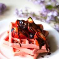 Bezglutenowe, chrupiące gofry z owocami i czekoladą