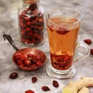 Herbatka z owocami dzikiej róży, imbirem i cynamonem
