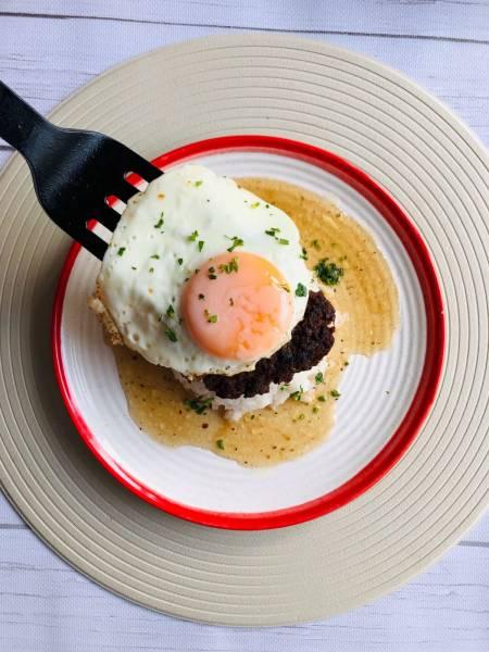 Czwartek: Loco moco, czyli burgery z jajkiem sadzonym