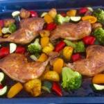 Jogurtowy kurczak pieczony z warzywami