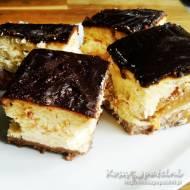Sernik z brzoskwiniami i polewą czekoladową – super puszysty