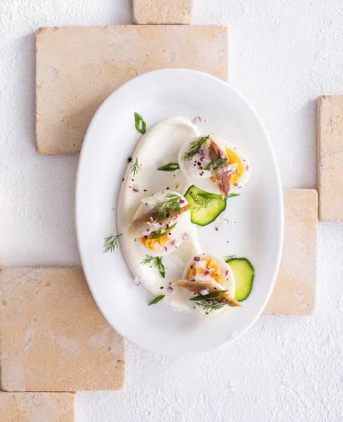 Jajka z wędzoną makrelą i sosem chrzanowym